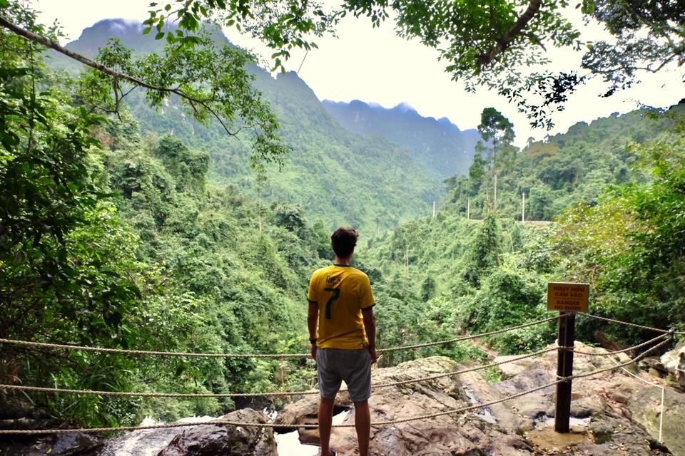 Vietnam: Het uitzicht in de Botanische tuin op de vallei van boven aan de waterval.