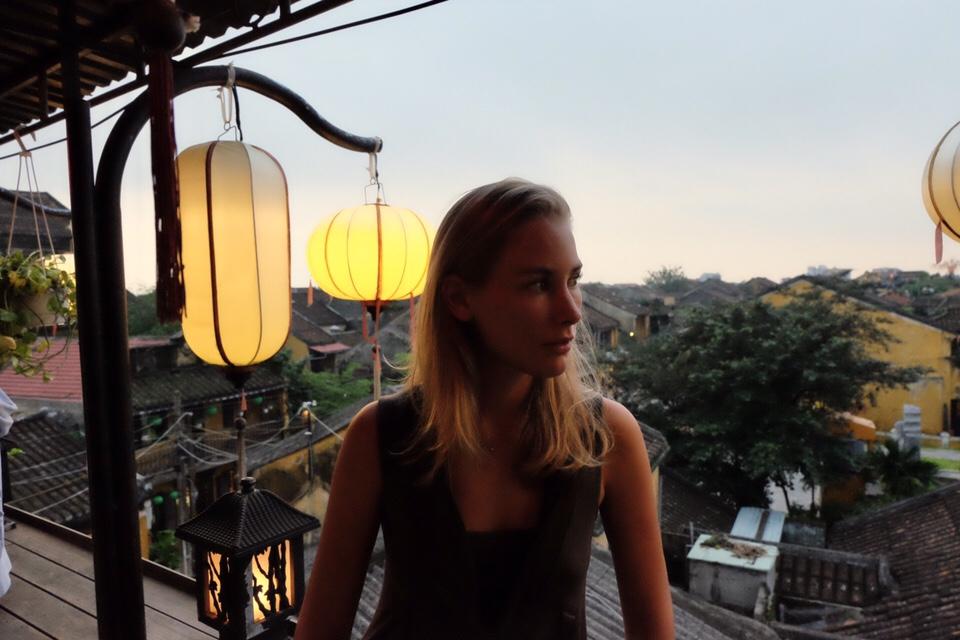 Vietnam: Charlotte in Hanoi bij Faifo café