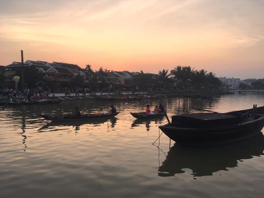 Vietnam:Bedrijvigheid op de Thu Bon rivier.