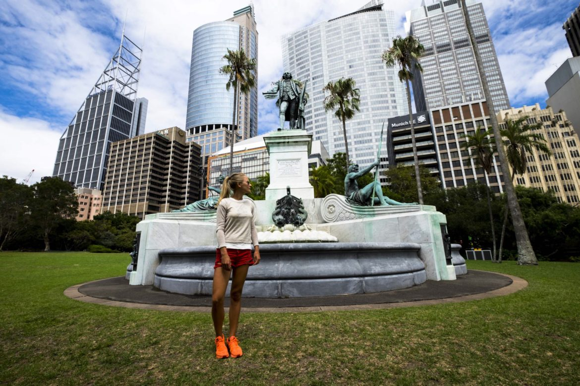 Australia: Charlotte in front of sydney fontain